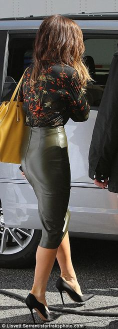Kate Beckinsale looks flawless on set of Only Living Boy In New York Rocking that skin tight pencil skirt! Tight Pencil Skirt, Pencil Skirt Outfits, High Waisted Pencil Skirt, Pencil Dresses, Black Pencil Skirt Outfit, Black Leather Skirts, Leather Dresses, Leather Pencil Skirts, Black Pencil Skirts