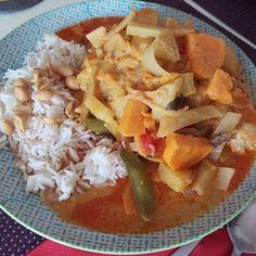 Fraujupiters Abendessen war dieses leckere Curry-Kokosmilch-Gericht mit roter Currypaste, Süßkartoffel, Bambusstreifen, Wok-Gemüse, Reis und Erdnüssen