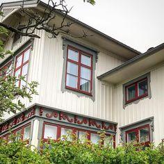 Den här färgsättningen är en av mina favoriter här på Bohus-Björkö. Om husets ägare följer eller om nån annan vet så vore det intressant att veta de tre kulörernas namn eller NCS-profil. Fasad, foder och fönsterbågar. Vackert med locklistpanel, fönsteromfattningarna och snickarglädjen #björkö #bohusbjörkö #förhöjtväggliv #locklist #snickarglädje #färgval
