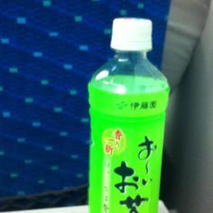 【おーいお茶】新幹線の車窓から。一日中外にいると、確かにペット緑茶って便利かも。合間のブレイクはコーヒーとか飲むけど、ずっと持ち運んでちょこちょこ飲める。常温で美味しいのも大事。