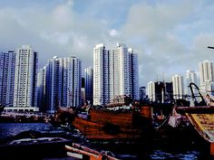 高層住宅とジャンク船