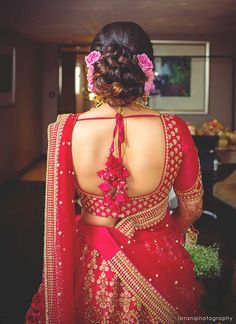 A Grand Wedding In Mumbai Where The Couple Had The Most Amazing Themed Functions For Their Wedding. Check out photos, ideas & stories shared by Bride & Groom. Blouse Designs High Neck, Half Saree Designs, Fancy Blouse Designs, Bridal Blouse Designs, Saree Blouse Designs, Blouse Styles, Stylish Blouse Design, Lehenga Blouse, Wedding Saree Blouse