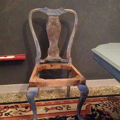 ΤΡΑΠΕΖΑΡΙΑ ξύλινη με έξι καρέκλες, βαμμένη με πατίνα και έτοιμες για ταπετσαρία, δίνεται με το ύφασμα, λόγω μετακόμισης, τιμή 200€, συζητήσιμη , 17:00-21:00