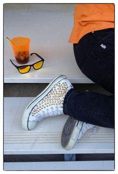 studded sneaker converse, black jeans Pierre Balmain, sunglasses Oakley