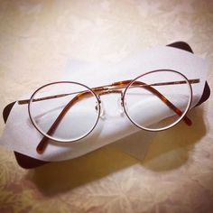 #眼鏡 を2年ぶりに新調しました 大きいレンズのものは初めて せっかくオシャレなのを買ったのでこれは家用ではなくお出かけ用に笑 そういえば好みが回り回って細フレームワイン色に戻ってきた  #めがね #メガネ #JINS #jinsclassic #ラウンド #glasses #glasses