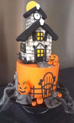 Haunted House Halloween - Cake by Claudia Kapers: