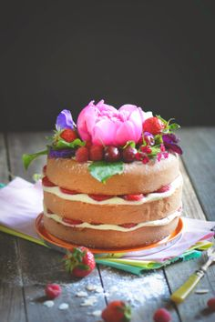 Love Love Love this Fresh Floral and Fruit Cake Design! So Colorful and Pretty! Un fraisier pour Maman! #Fresh #Floral #Fruit #Cake #Design