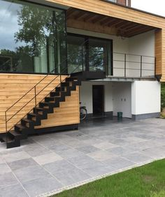 external staircase and parapet in lacquered steel Front Stairs, Entry Stairs, House Stairs, Outside Stairs Design, Staircase Design, Exterior Stair Railing, Staircase Outdoor, External Staircase, Balcony Design