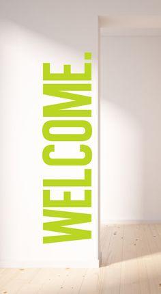 Willkommen-Wall Decal. Lustige Art, Ihre Familie und Gäste zu begrüßen! Diese Wand-Aufkleber ist 100 % abnehmbar. Es ist am besten zu installieren auf einem flachen nicht texturierte Service mit Ei-Schale/Semi-Gloss / Hochglanz Lack. Dieser Aufkleber ist mit das beste Wand-Aufkleber-Material angeboten und gedruckt mit der besten Ausrüstung in der Branche gemacht. Größe: b 22 X 60 h -100 % Polyestergewebe Self-Adhesive Vinyl -HP Latex Tinten -Für beste Ergebnis verwenden nicht auf struk...