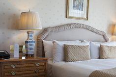 inspirace na ložnici, manželská postel, saténové povlečení