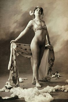 Old Streap Tease -European cities began to open a variety show-places, where the girls entertained gentlemen erotic dancing. Here are the maximum that could see the visitor such variety, - a strip of bare skin between the nylon stockings and a skirt vulgar. But everything changed in an instant in 1893 during a performance of Mona, which threw off her clothes in front of the public