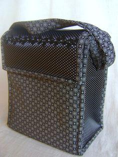 Lunch Bag ou Lancheira térmica feita tecido 100% algodão e forrada com tecido térmico. Tem dois bolsos externos, um frontal e um lateral. Fechamento com velcro. A alça é do tipo tiracolo regulável. <br> <br>Mede aproximadamente 24cm de largura, 23cm de altura e 15cm de profundidade.
