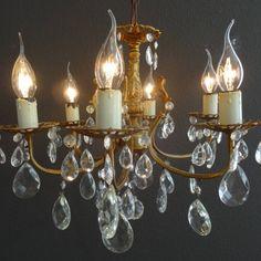 Opengewerkte bronzen kroonluchter met veel kristallen