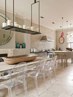 Cocina con sillas transparentes