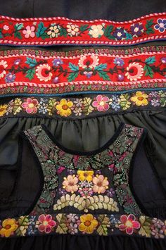 Hallingbunad, Bunadmester Vibekes Hjønnevåg, Gamle Nes, Nesbyen i Hallingdal Scandinavian Embroidery, Scandinavian Folk Art, Folk Fashion, Ethnic Fashion, Folk Costume, Costumes, Norwegian Clothing, Narvik, Wool Embroidery