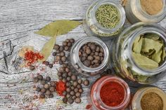Which spices go well together? Which herbs taste best with which ingredients? Here, you'll find a flavor pairing guide to help you get creative in the kitchen and create delicious dishes, including unusual and international spices. Herbal Remedies, Home Remedies, Natural Remedies, Whole Foods, Whole Food Recipes, Keto Recipes, Blog Bio, Snacks, Korn