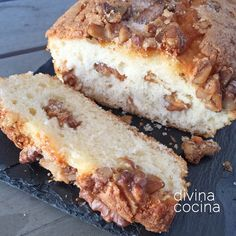 Este bizcocho de queso crema y nueces resulta muy suave y jugoso, con el toque crujiente que aportan los frutos secos.