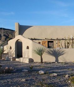 modular, multi-story homes / residential complexes of adobe (clay and straw baked into hard bricks) of the Pueblo Indians of Southwest America Spanish Colonial, Spanish Style, Spanish Revival, Pueblo House, Eco Buildings, Ranches For Sale, Adobe House, Santa Fe Style, Desert Homes