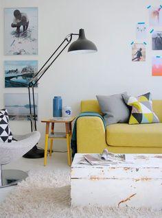 Salón moderno con sofá amarillo