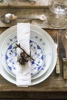 Porslinet Flytande vit och Musselmalet i två varianter, tillkom på 1700-talet, Royal Copenhagen, Tallrikarna pyntas med lärkkvistar och kvistar av doftande timjan och salvia.