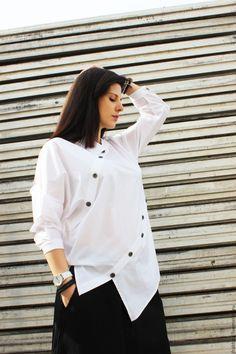 Купить или заказать Асимметричная рубашка B0002 в интернет-магазине на Ярмарке Мастеров. Белая асимметричная рубашка. Приятное мягкое прикосновения хлопка в сочетании с оригинальным дизайном. Серебряные пуговицы создают исключительное впечатление. Великолепная одежда для лета! Возможно выполнить в других цветах: белый черный В ассортименте есть большие размеры, пожалуйста, свяжитесь с нами! На модели размер одежды M! Если у вас есть какие-либо вопросы относительно наших товаров,…