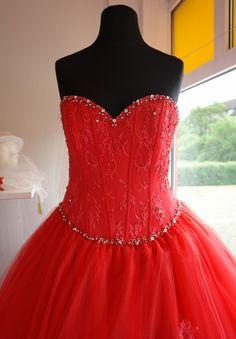 rotes Brautkleid mit Corsage