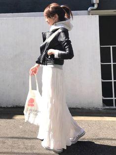 green label relaxingのTシャツ・カットソー「NFC 起毛裏毛 プリント フード スウェット」を使ったLUMIEのコーディネートです。WEARはモデル・俳優・ショップスタッフなどの着こなしをチェックできるファッションコーディネートサイトです。 Japan Winter Fashion, Autumn Fashion Women Fall Outfits, Japan Fashion, Spring Outfits, Womens Fashion, White Skirt Outfits, Long Skirt Outfits, Winter Skirt Outfit, Chic Outfits