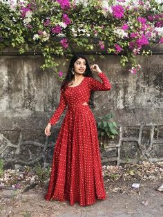 Pair it with narrow bottoms and there's your perfect work wear look. Long Dress Design, Stylish Dress Designs, Stylish Dresses, Indian Gowns Dresses, Indian Fashion Dresses, Indian Outfits, Simple Kurti Designs, Kurta Designs Women, Blouse Designs