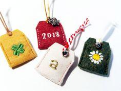 「ワンポイントししゅうのミニお守り」新年、小さなお守りを手作りしてみませんか。 五円玉がぴったり入る、ミニサイズです。 ししゅうが初めてでも、ワンポイントなら大丈夫! 自分用に、プレゼントに、あなたらしくアレンジして、楽しんでくださいね。[材料]フェルト/刺繍糸、縫い糸/ひも、リボン/鈴(お好みで飾り付けに)