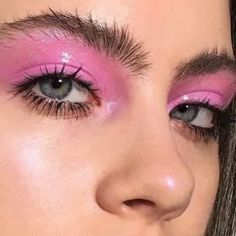 35 Pink Eye Makeup Looks To Try This Season! #EyelashExtensionsAftercare Pink Eye Makeup Looks, Glitter Eye Makeup, Makeup For Green Eyes, Smokey Eye Makeup, Makeup Eyeshadow, Subtle Makeup, Glossy Makeup, Pink Eyeshadow, Aesthetic Eyes