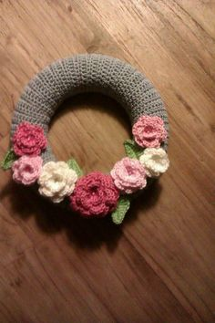 Gehaakte krans met bloemen Crochet Wreath, Felt Wreath, Diy Crochet, Crochet Flowers, Knitting Patterns, Crochet Patterns, Crochet Mandala Pattern, Crochet Home Decor, Easter Crochet
