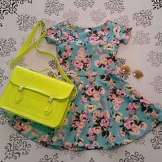 Vestido rodado godê florido + bolsa Croisfelt satchel carteiro transversal 13'' amarelo fluo #look #feminino #delicado #romantico #ootd #fashion