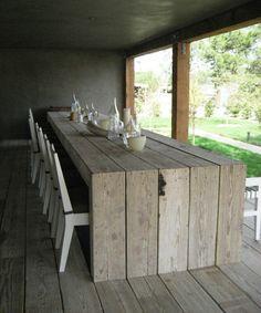 Rustikaler Esstisch macht die Küche zu einem interessanten Ort                                                                                                                                                                                 Mehr