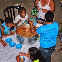 Crianças do Loteamento Grande Recife tomando sopa oferecida pelo Projeto AMIGOS  #crianças #missões #recife #solidariedade