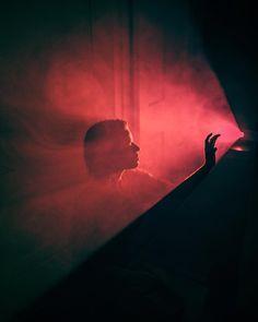 Chaque mois, nous réunissons les images les plus inspirantes de comptes à suivre, que nous avons vues sur Instagram et qui ont attiré notre attention. Cinematic Photography, Dark Photography, Creative Photography, Portrait Photography, Projector Photography, Foto Fashion, Foto Art, Red Aesthetic, Creative Portraits