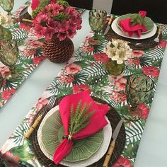 ✔ beautifuly perfect tropical wedding ideas to destinations 32 Dresser La Table, Table Setting Inspiration, Pink Table, Beautiful Table Settings, Christmas Tablescapes, Tropical Party, Dinning Table, Table Arrangements, Deco Table
