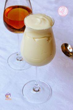 La crema al rum, una ricetta facile e veloce da preparare, da gustare al cucchiaio o per farcire torte e pasticcini. Golosissima e cremosissima.