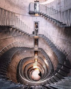 Great photography of a staircase with a wide angle. Stairs Architecture, Classical Architecture, Amazing Architecture, Modern Staircase, Grand Staircase, Spiral Staircases, Wide Angle Photography, Beautiful Stairs, Stair Steps
