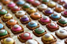 Choco-Pretzel Buttons=pretzel squares, colored candy melts, & white M Chocolate Covered Pretzels, Melting Chocolate, Yummy Treats, Sweet Treats, Pretzels Recipe, Candy Melts, Candy Making, Pretzel Bites, Sweets