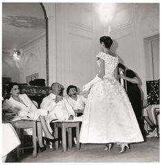 * Mitza Bricard, Christina Dior, Marguerite Carré modèle Première Soirée collection Automne Hiver 1955, mannequin Odile