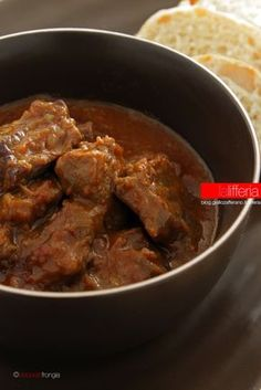 Gulasch ungherese Chef Recipes, Meat Recipes, Cooking Recipes, Lamb Dishes, Beef Dishes, Hungarian Recipes, Italian Recipes, Cocotte Staub, Estonian Food