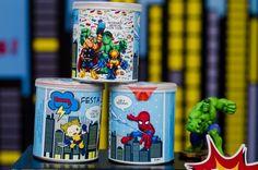 Uma lata personalizada com super-heróis, recheada de guloseimas, serviu como lembrancinha para os convidados