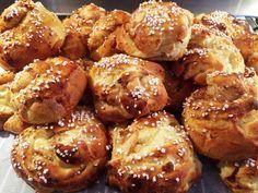 Klassiska kanelbullar är något som jag tycker att alla ska få njuta av. Här kommer mitt bästa recept som ger en lätthanterlig deg och saftiga och goda bullar. Varför inte prova till helgen? Raw Food Recipes, Baking Recipes, Dessert Recipes, Healthy Recipes, Desserts, Healthy Food, Gluten Free Cakes, Gluten Free Baking, Gluten Free Recipes