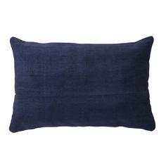 Sierkussen Yunak is een kussen in neutrale stijl. Het woonkussen heeft de maat 40x60 en is vervaardigd van textiel. Sierkussn Yunak in het donkerblauw heeft een subtiele uitstraling en is lekker zacht. Doordat het een basic kussen is is het gemakkelijk te combineren met andere kussens. Dit sierkussen wordt geleverd met een passende binnenvulling. Sierkussen Yunak is afkomstig van het merk Light & Living.