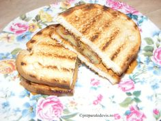 Sandwich cu banane si unt de arahide Pancakes, French Toast, Sandwiches, Breakfast, Recipes, Food, Banana, Roll Up Sandwiches, Morning Coffee
