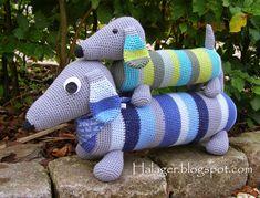 Halager: DIY - Hæklede gravhunde--*use translator for instructions. Crochet Towel, Diy Crochet, Crochet Baby, Amigurumi Patterns, Crochet Patterns, Crochet Dragon, Baby Presents, Crochet Kitchen, Knitted Animals