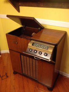 RCA Victor radio/record player which was made in approximately Vintage Stereo Console, Radio Record Player, Mid-century Modern, Modern Design, Stereo Cabinet, Retro Radios, Electronic Items, Mid Century Modern Decor, Mid Century Furniture