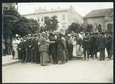 Lublinianie i niemiecki żołnierz w charakterystycznym hełmie z okresu I wojny światowej, w tle nieistniejący hotel Victoria przy Krakowskim Przedmie