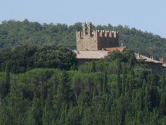 Dal Castello di Reschio, volgendo lo sguardo a nord si vede in lontananza la torre merlata del Castello ghibellino di Sorbello risalente al X secolo. Attualmente in territorio toscano ma in passato (XVI secolo) sottomesso a Perugia.