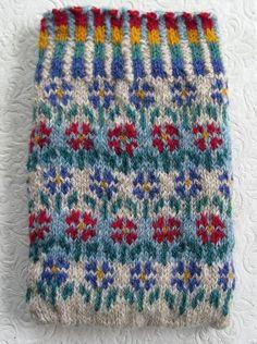 very pretty :) Fair Isle Knitting Patterns, Fair Isle Pattern, Knitting Charts, Knitting Stitches, Knitting Yarn, Baby Knitting, Crochet Chart, Knit Crochet, Wrist Warmers